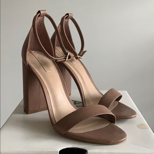Nude leather Sandal w/ Chunky heel